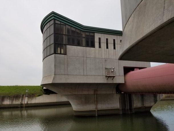 堀切菖蒲水門を渡ります。